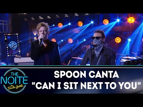 "Spoon canta ""Can I sit next to you"" 