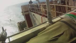 Сомалийские пираты нападают на судно с вооруженной охраной