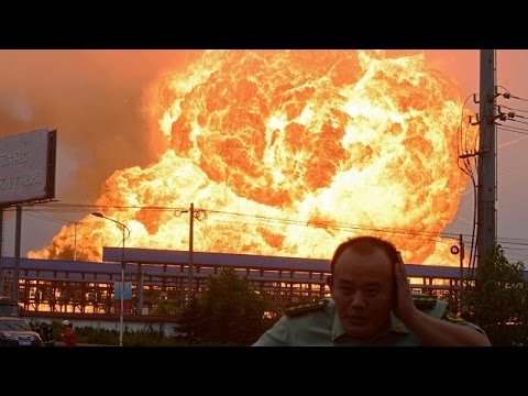 Massive Explosion In China Tianjin 12/08/2015.China Explosion Synced Up - 国内朋友圈速递--天津塘沽发生化学品剧烈爆炸1