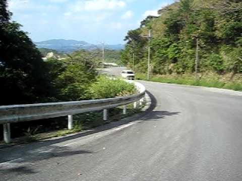阿波連ビーチへと向かう道を自転車で。