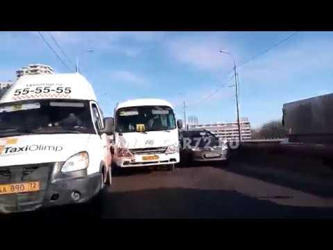 Две маршрутки столкнулись на путепроводе по ул. Мельникайте в Тюмени