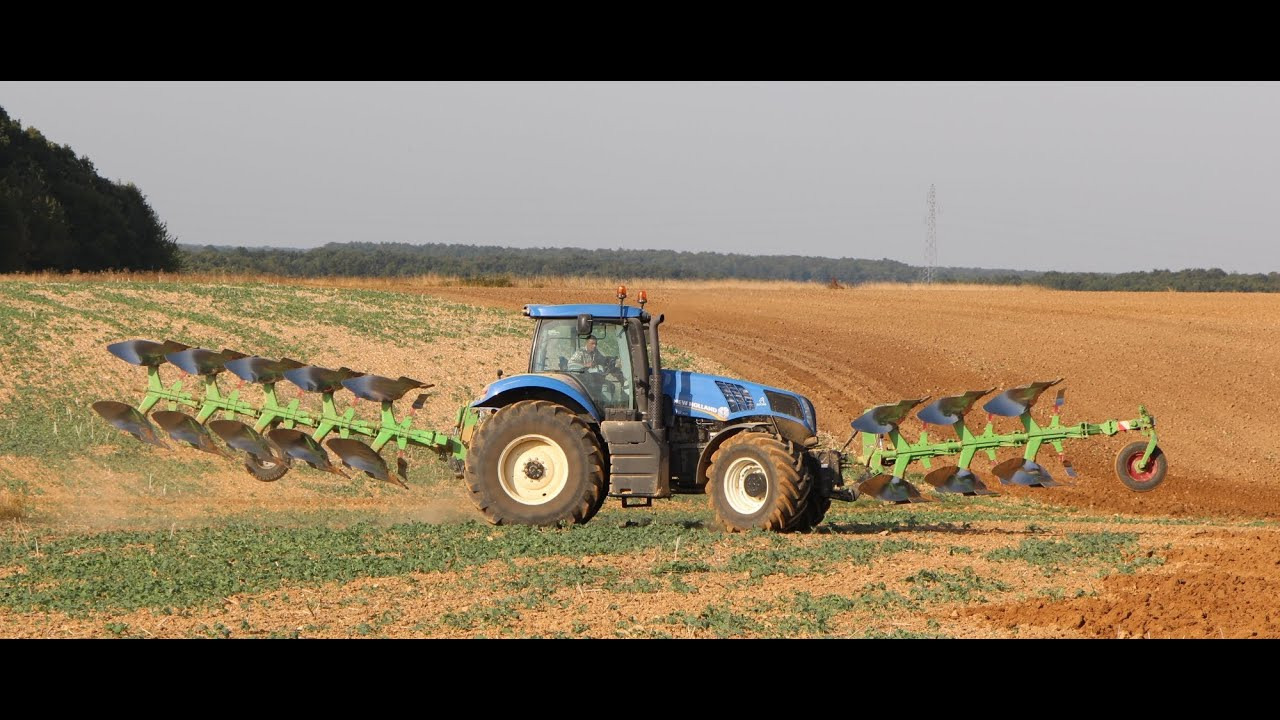 New Holland T8 Ploughing