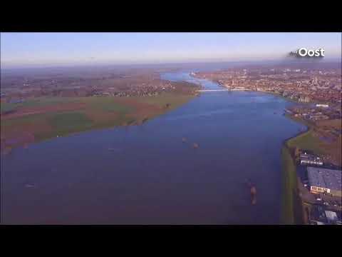 Hoogwater trekt veel bekijks: dagjesmensen zien schilderachtige plaatjes in Overijssel