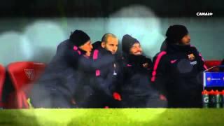 Jugadores del Barcelona se divierten en el banco de suplentes