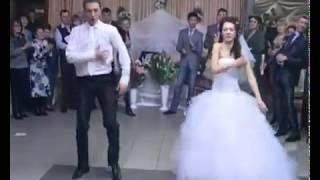Невеста и жених танцуют  на свадьбе вальстиктоникстрид степ и др!!!!!