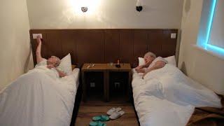 Slapen terwijl het licht is? Dat blijkt veel moeilijker dan gedacht   De wereld rond met 80-jarigen