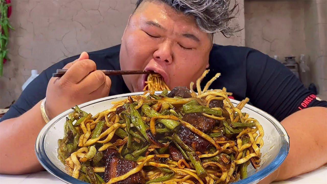 红烧肉搭配面条,猴哥用大铁锅一焖,两口肉一口面,吃的满嘴流油!【胖猴仔】