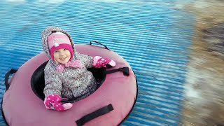 Алина катается с горок на тюбингах во время зимней ярмарки!
