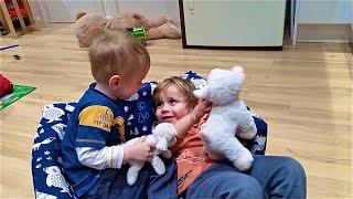 Малыши разложили и сложили детский диван, The kids spread out and laid a children's sofa(, 2015-07-22T22:59:52.000Z)