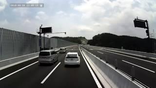 渋滞原因・高速道路の走り方を知らないプリウス