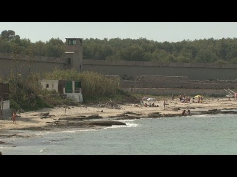 Convicts cook for tourists on Italy island