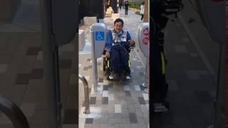 2017年5月4日 JR桃谷駅の車椅子の通路が狭くて通りにくい