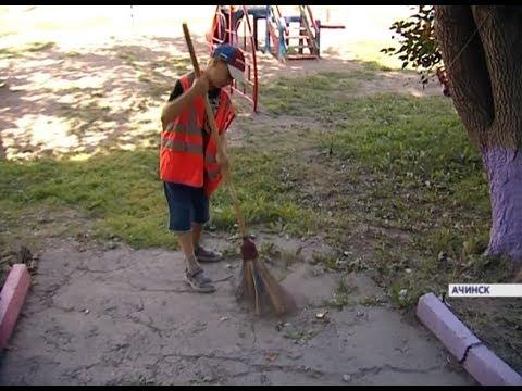 «Помогать надо»: в Ачинске школьник каждое утро убирает мусор во дворе дома