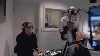 """Scarlet Pleasure-forsanger Emil spiller """"Windy"""" live på Radio Viborg"""