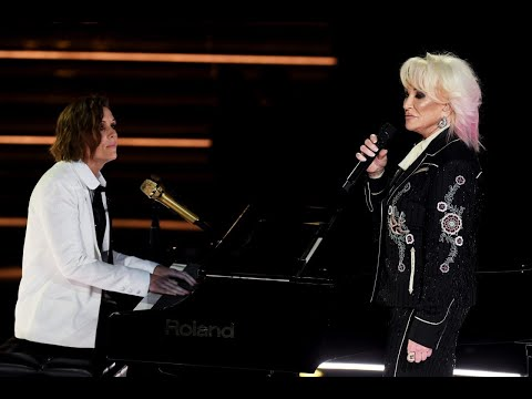 "Tanya Tucker & Brandi Carlile Perform ""Bring My Flowers Now"" 
