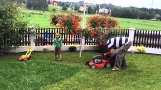 Koszenie trawy na dwie kosiarki w Lubli