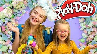 Богдана и Конфетка вместе делают печенье из пластилина Play Doh!