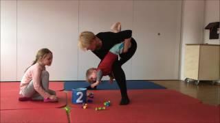 Atemtherapie beim Kind, 3 Jahre alt: Kopftieflage über dem Bein der Eltern
