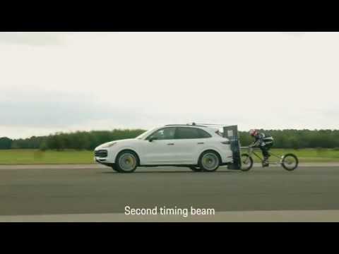 Porsche Cayenne помог велосипедисту разогнаться до 240 км/ч