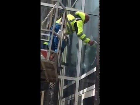 Fensterreinigung München Hier Unsere Fensterputzer Beim Fenster