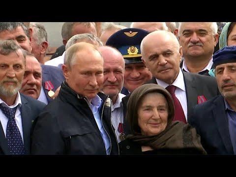 В Дагестане В.Путин возложил цветы к памятнику павшим воинам и встретился с бывшими ополченцами.