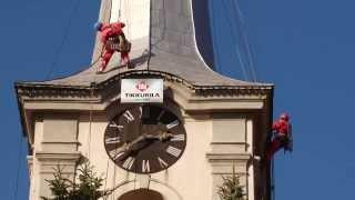 Alpinisták festik a székelyudvarhelyi református templom tornyát.