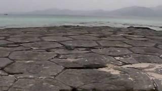 奥武島の畳石。沖縄ゲストハウスけらま