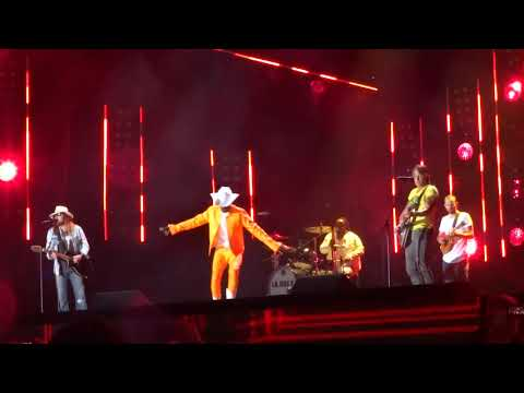 "billy-ray-cyrus,-lil-nas-x-and-keith-urban-sing-""old-town-road""-live-at-cma-fest"