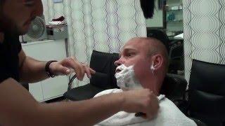 Tradycyjne golenie brzytwą.Razor shaving his beard