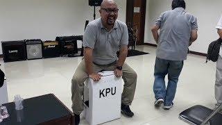 Download Video Kotak Suara Pemilu 2019 Mampu Menahan Berat Badan Komisioner KPU yang Beratnya Capai 107 Kg MP3 3GP MP4