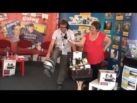 Sgiliau Samba www.Golwg360.com  - Geraint Lloyd BBC Radio Cymru