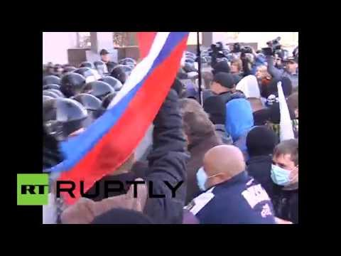Video: Pro-Russian activists scuffle with police, storm local admin building in Donetsk, Ukraine