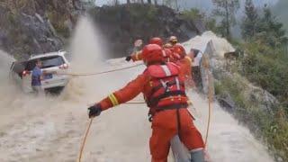 Rescatando a Familia Atrapada en Increíble Inundación