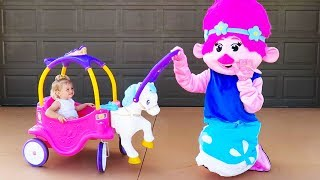 ELIS Fun with MOMMY Trolls POPPY playtime at HOME - FAMILY FUN video for KIDS with KIDS