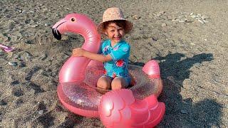 Eva y mamá van al mar a jugar con juguetes y divertirse en la playa|Eva Bravo pretend play with toys