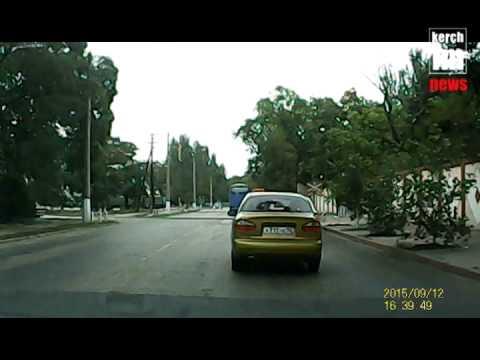 В Керчи междугородний автобус проехал на красный жд переезд