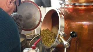 Boussières : distillation avec le nouvel alambic