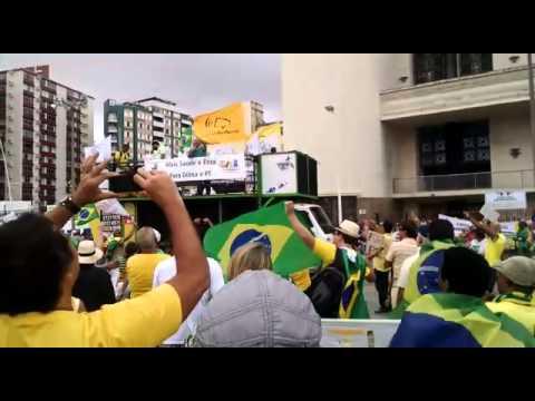 Manifestantes improvisam música contrária à Dilma, Lula e o PT no protesto de Salvador
