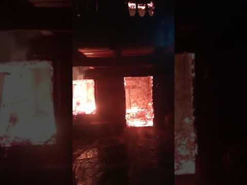Vídeo | Un incendio arrasa una casa abandonada en Santalavilla y daña a otra anexa