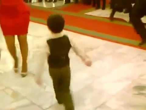 Маленький мальчик шикарно танцует лезгинку