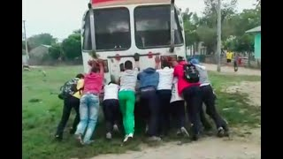 Estudiantes tienen que bajarse a empujar el bus que los lleva a colegio en Sucre | Noticias Caracol