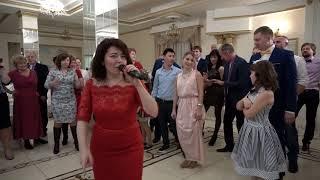 Гости отжигают на свадьбе