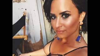 Demi Lovato Shows Her Belly Button