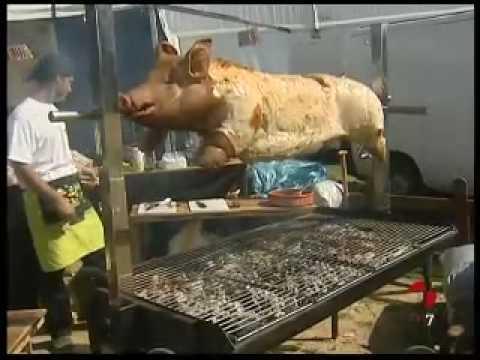Un cerdo a la parrilla en villalar youtube - Parrillas para asar ...