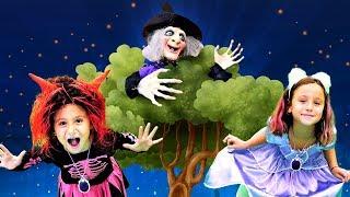 Prenses Sofya yaşlı cadıyı ağaçtan çıkarıyor. Sihir yapma oyunu
