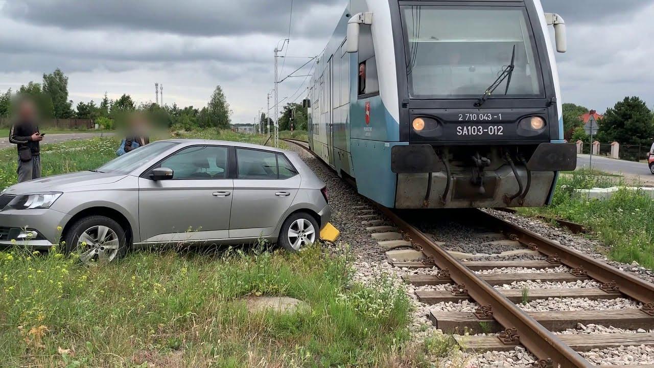 Przejazd pociągu chwilę po kolizji pojazdów z pijanym sprawcą