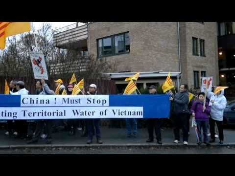 Norske Vietnamesere Demonstrerte Mot Vietnamesiske Og Kinesiske Ambassaden I Oslo