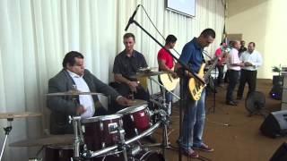 Clayton Queiroz tocando na Igreja Quadrangular de Morro da Fumaça
