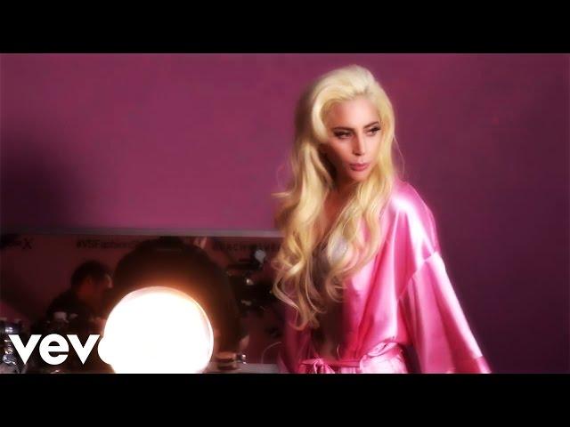 badb49fc2d Lady Gaga canta junto a los ángeles de Victoria s Secret en ropa interior