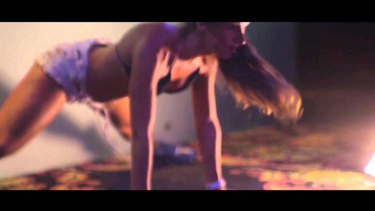 Ютуб голая танцует
